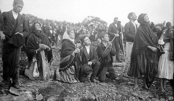 Crowds looking at the Miracle of the Sun, occurring during the Our Lady of Fatima apparitions. (Public Domain)